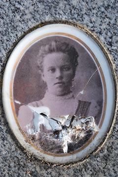 Matild egyetlen fennmaradt fotója a síremlékéről
