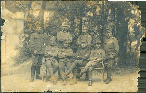 Jankó Zsigmond katonatársai között, az első sorban a jobb szélen