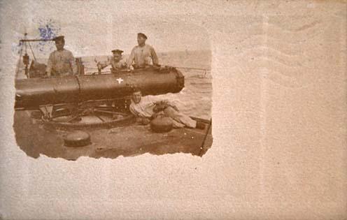 """Fedélzeti torpedóvető négy matrózzal a S.M. Boot """"50""""-en"""