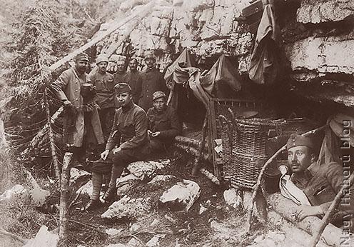 Hegyoldalban táborozó katonák az olasz fronton