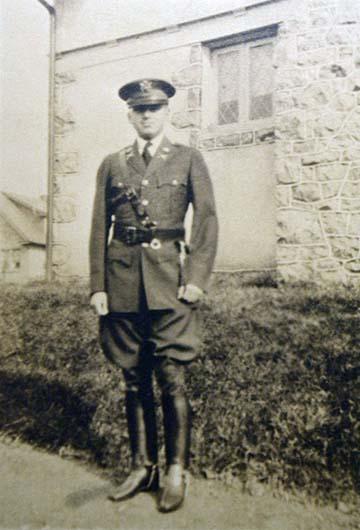 Ifj. Gondos Viktor századosi egyenruhában, 1930