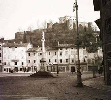 Görz, Grosser Platz, háttérben a vár, 1915