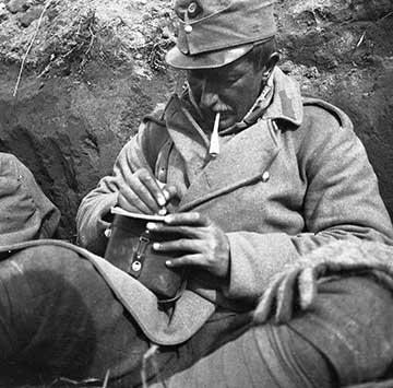 Cigarettázás közben levelet író katona. Akár Gunesch János is lehetne, de róla nem maradt fenn fotó