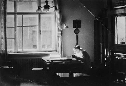 Hegedős Károly emlékiratírás közben,otthonában, rajzasztalánál a Wallenberg utca 4-ben (Phönix-ház). A falon az építész mesterjegye