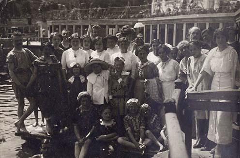 Hegedős Károlynak küldött képeslap a fürdőző rokonoktól, barátoktól Marosvásárhelyről, egy évvel a háború kitörése előtt adták postára