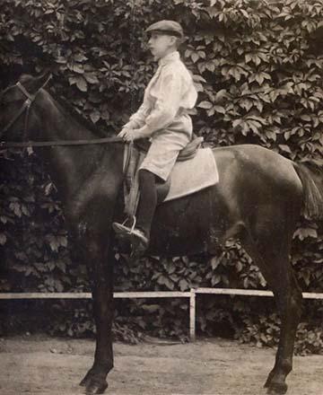 A kis Hegedős Károly az egyik első lován, Rébéken 1907-ben