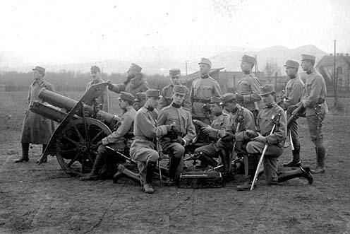 Tüzérek a császári és királyi lőgyakorlótéren a Tétényi-fennsíkon, 1917-ben