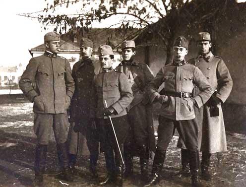 Felvétel 1915 októberében a nagyváradi tüzérlaktanya udvarán. A képen Tabéry Iván, Dr. Bulla Sándor, Oláry Gusztáv, Csanády György, Hegedős Károly, Korbély Pál