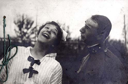 """""""Rozál és én, 1915. szeptember. A Rimanóczyék váradi szőlőskertjében"""" Fénykép az emlékiratból"""