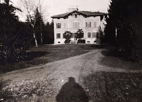 """""""A görzi, (Gorizia) Via Salcano N0-8. sz. alatti Dreher-villa, amelyben az első harctéri éjszakámat töltöttem Faltay Palival 1916. február 23.-án éjjel. A villa parkjában állt a K.u.K. Feldhaubitzregiment N0-17. 7. ütege beásva tüzelőállásba. A villa lépcsőházának üvegfelülvilágítója már akkor össze volt lőve (a képen látszik a középső oromzat felett). Fényképeztem 1916. febr. 26.-án a 9x12 Görz-Tenax nevű gépemmel, amit később Hegedős Erzsébet, Orelly Bélánénak ajándékoztam 1931-ben nászajándékul."""""""