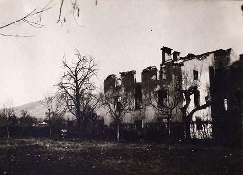 """""""A görzi Dreher villa közelében fekvő összelőtt ház fényképe. A háttérben látszik a Monte Sabotino, amit 1916 májusában a hadvezetőségünk 30.5. es mozsárral is lövetett."""""""
