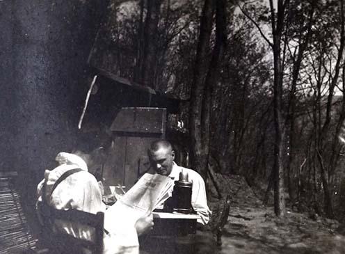 Faltay Palival a Peuma melletti ütegmegfigyelő lakása előtt 1916 áprilisában, Pauer-üteg