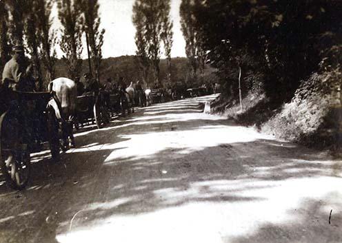 """Elindul a Honvéd Schwere Batterie 2/20. a Rosenthal melletti Protzenstationjáról a Monte San Michele hegyre, a 20. Honvéd hadosztály harcszakaszára, a Görz felé vezető országúton. (Abban az időben még a """"balra hajts"""