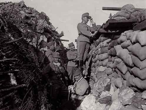 Lukachich Géza (1865–1943) vezérőrnagy a 20. honvéd gyaloghadosztály parancsnoka a rajvonalban tisztjei körében a Monte San Michelén 1916 nyarán
