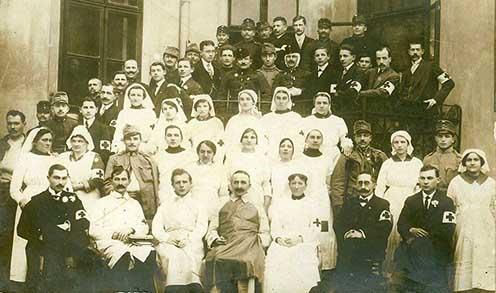 Dr. Horváth Leó, a szombathelyi cs. és kir. tartalékkórház V. sebészeti osztályával a Brenner János utcai elemi iskola épülete előtt