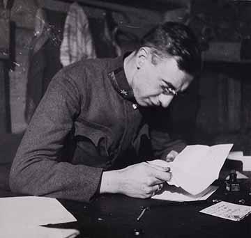 A temnicai lövegállás tiszti barakkjában olvasom a Rozáltól érkezett aznapi levelet