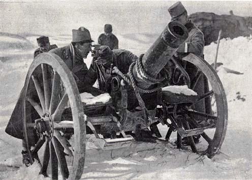 Az északi harcztérről – egy tábori taraczk beállítása. Balogh Rudolf, a harctérre kiküldött munkatársunk fölvétele