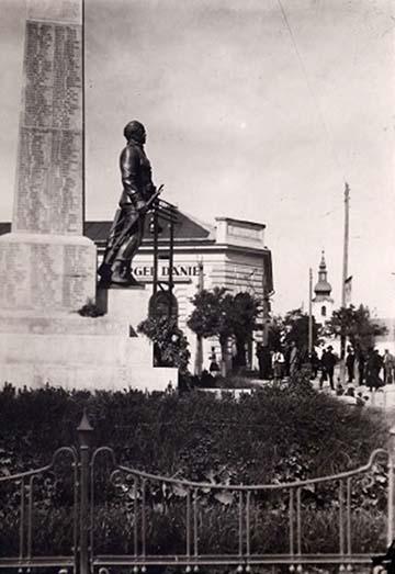 Az első világháború (1914-1918) emlékműve Mezőberényben a községháza előtt. Berény a Békéscsabán állomásozó 101. k. u. k. gyalogezredhez, valamint a nagyváradi 1-es számú huszár, valamint a 19. tüzérezredhez adta a legénységet. A mi egykori kocsisunk, Toldy Mihály is Rohatynnál esett el az 1. Vilmos-huszárok lovasrohamában!