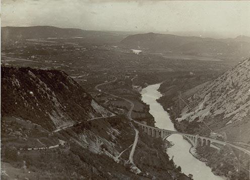 Salcano vasúti hídja, háttérben a Doberdó-fennsík, 1915