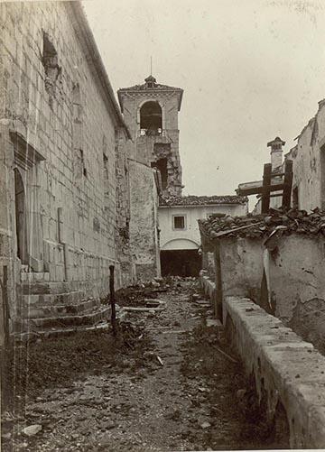 A Monte Santón álló, erősen bombázott kolostor, 1915