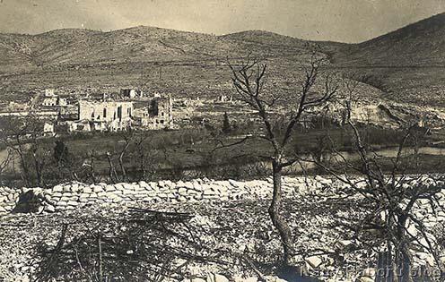 A rommá lőtt San Giovanni a háború végén a Doberdó lábánál. A kép bal oldalán a szövegben is említett templom és malom romjai.