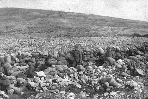 Kövekből és homokzsákokból épített kezdetleges lövészárok a Doberdó-fennsíkon