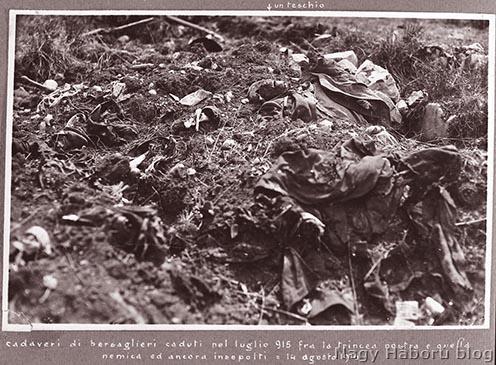 1915 júliusi harcok utáni temetetlen olasz halottak a két állás között a Doberdón