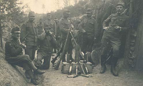 Osztrák-magyar katonák és fegyverzetük, a bal oldali katona kezében rakétapisztoly