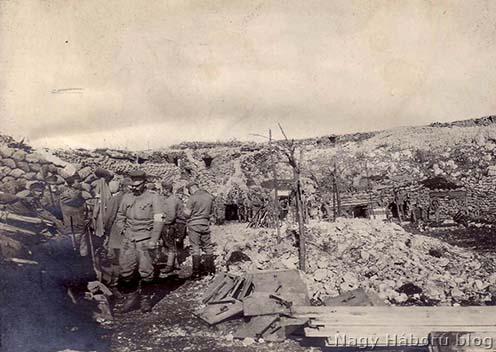 Honvéd csapat egy dolinában a Doberdón homokzsák fedezékekkel