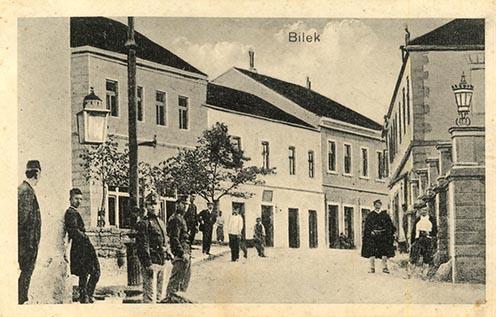 Bileki utcakép a háborús évekből, korabeli képeslapon