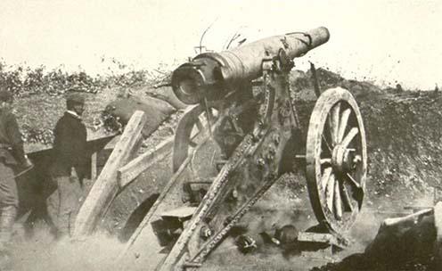 Montenegrói hadsereg által alkalmazott orosz ostromágyú tüzelőállásban