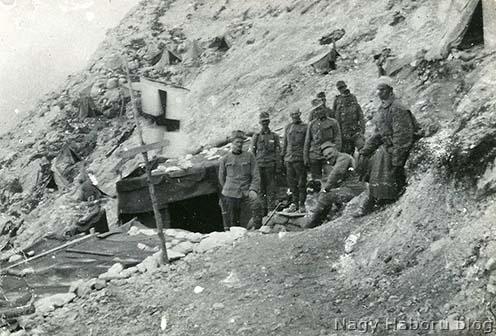 Dr. Kemény Gyula egyik segélyhelye egy évvel később az olasz fronton. A naplóíró a kép bal szélén áll
