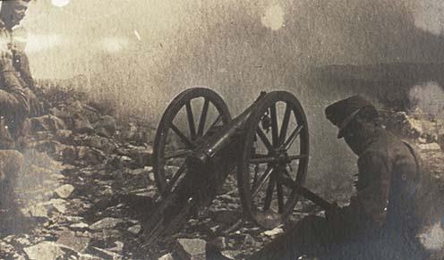 Hegyi ágyú tüzelés közben Bilek környékén