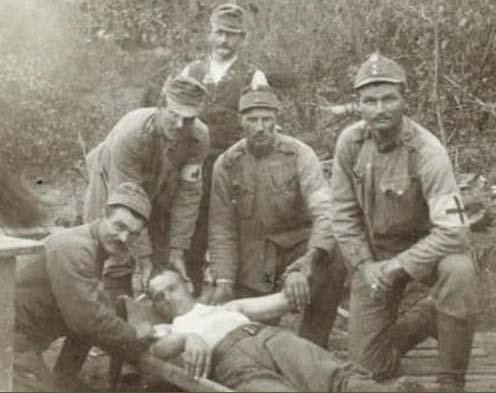 Osztrák–magyar sebesült katona ellátása