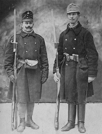 """""""""""Két fekete"""" –valószínűleg népfelkelő katona a csukaszürke előtti kékesszürke gyalogsági köpenyben (Kajon Árpád gyűjteményéből)"""""""