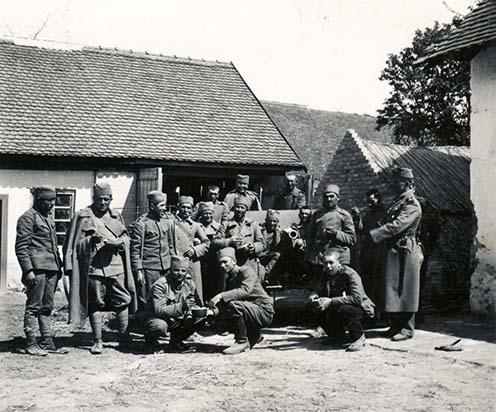 Szerb foglyok egy tanya udvarán