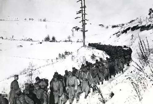 Osztrák–magyar gyalogság vonul Szerbiában téli tájban