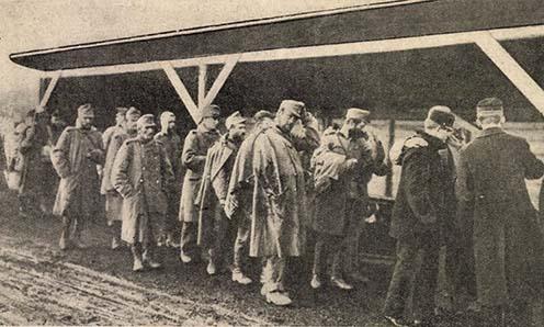1914 őszi szerbiai offenzíva sebesültjeinek egy csoportja érkezik Budapestre