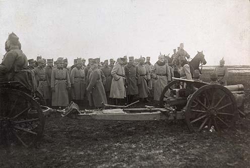 """Frigyes főherceg szemléje 1915-ben az egyik """"China üteg"""" fölött, amibe a kínaiak részére gyártott, de a háború kitörése miatt visszatartott lövegeket szervezték"""