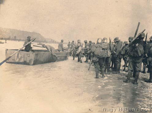 Beszállás a pontonokba. A szegedi 46/III. zászlóalj átkelése Mercadellinél 1918. június 15-én délelőtt 11 órakor.
