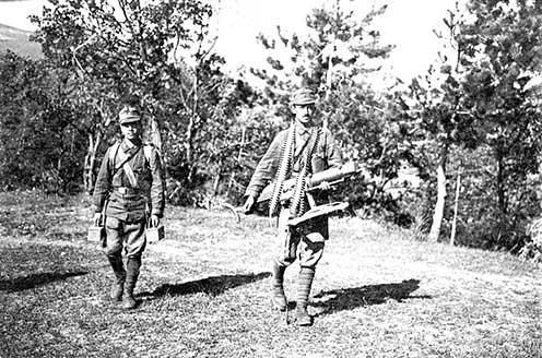 Kézi géppuska és a hozzá való muníció szállítása