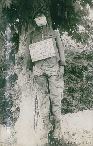 """Kivégzett cseh légionárius. A nyakán lévő táblán négy nyelven olvasható feliratból a magyar: """"hazaáruló, a cseh-szláv légió tagja"""" (Kókay László hagyatékából) József főherceg a naplójában többször is említi a Montellónál ellenük harcoló csehszlovák légiót. Egy alkalommal ezt írja: """"A csehszlovák légiónak 146 cseh katonáját és 2 tisztjét elfogták csapataim, a XXIV. hadtest rögtönítélet alapján 14-et fölakasztatott, a többinél a vizsgálat még tart. A coneglianói platánus-sor fáin lógnak."""" (József főherceg: A világháború, amilyennek én láttam. VI. kötet. A katasztrófák útján a pusztulásba. A piavei csata. Budapest. 1933. 469. old.) A kép valószínűleg ott készült"""