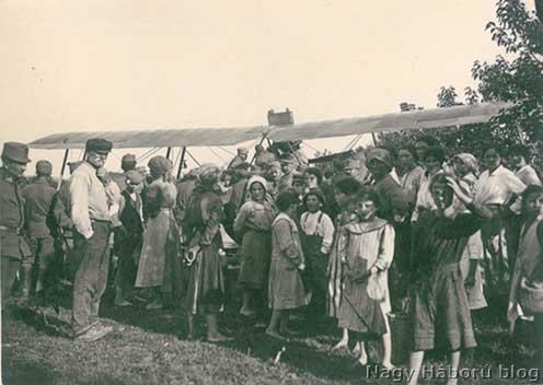 Cosnigai lakosok 1918 tavaszán a 17-es rohamzászlóalj gyakorlóterén kényszerleszállást végrehajtott repülőnél