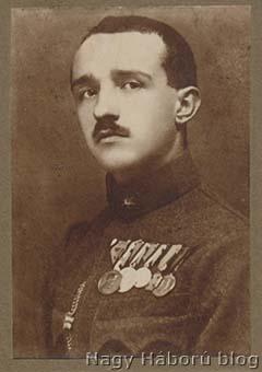 Kókay László 1919-ben Szegeden készült portréján már a mellén viseli a Tiszti Arany Vitézségi Érmet