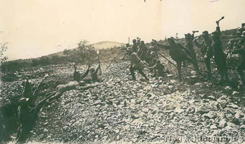 Rohamos támadás – 1917-ben a Lokovecen egy gyakorlat során készült fotón