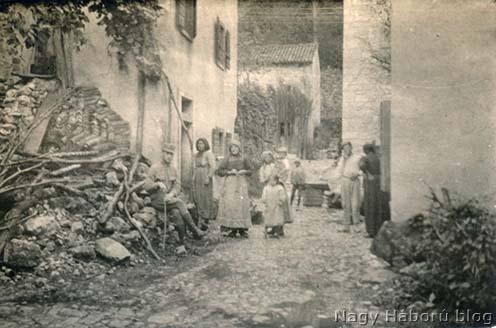 """Ekkor és itt még """"jó"""" volt a viszony a helyi lakossággal… 1918 júliusában Santa Croce településen készült fotó (Kókay László hagyatékából)"""
