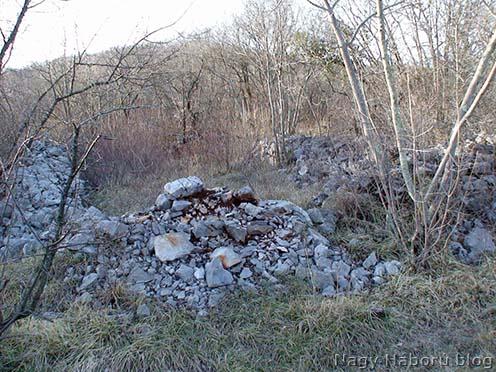 Egy barakk kőfalainak és bejáratának a maradványai a tábor területén napjainkban