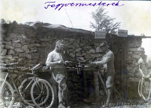 Fegyvermesterek munkában a táborban