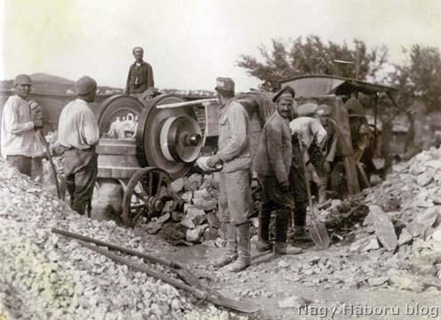 Orosz hadifoglyok gőzgép segítéségével törik a követ a Segeti táborban 1916 tavaszán