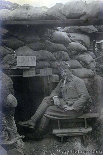 Részlet a 18-as védelmi szakaszból San Martinónál 1916 tavaszán. A képen Scheirich István főhadnagy, a 7. század parancsnoka látható egy dekung előtt